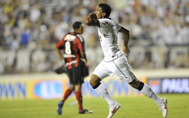 Paulinho comemora o lindo gol de voleio sobre o Ituano