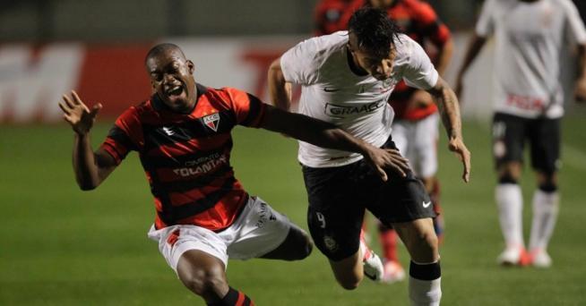 Sofrendo muitas faltas, o Corinthians criou boas chances mas a bola não entrou