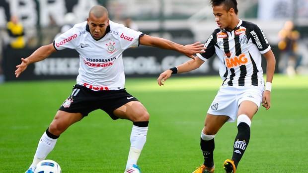 Emerson protege a bola da marcação de Neymar