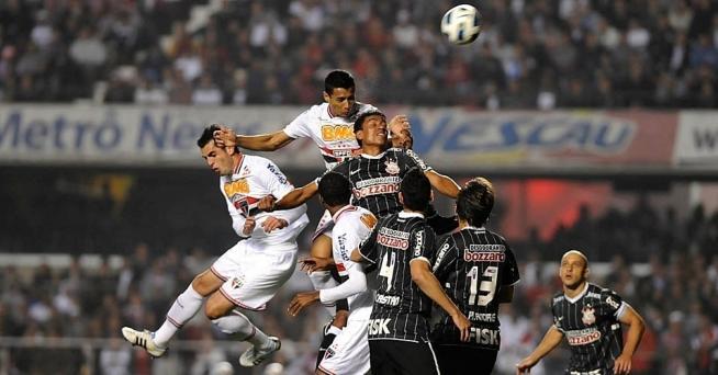 Mais uma disputa de bola na área corinthiana: o time sofreu mais do que pressionou no primeiro tempo