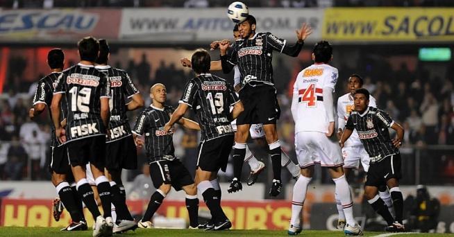 Wallace vai mais alto para tirar a bola da área do Corinthians
