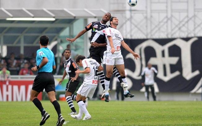 Danilo disputa a bola pelo alto: o jogador foi perigoso com as bolas aéreas contra o Vasco