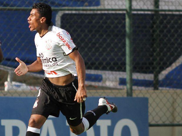Paulinho comemora o único gol da partida