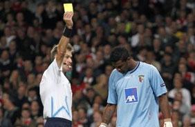 Felipe recebendo cartão amarelo na goleada que o Braga tomou de 6x0 do Arsenal