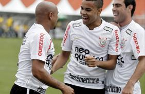 Roberto Carlos comemorando seu gol olímpico
