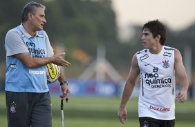 Tite e Willian durante treino do Corinthians esta tarde no CT Joaquim Grava, no Parque Ecológico do Tiete. O time se prepara para o jogo contra o Santo André, domingo dia 17/04/2011, no estádio Bruno José Daniel, pela 19ª rodada, a última, do Campeonato Paulista 2011