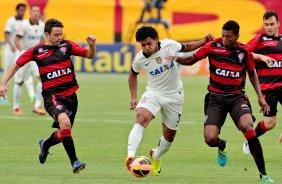 Romarinho do Corinthians disputa a bola com o jogador Juan do Vitoria  durante partida válida pelo b690813d28887