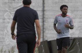 Renê Junior corre durante o treino no CT