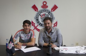 Ángelo Araos, novo reforço do Corinthians, no momento da assinatura do contrato