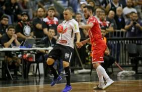 ... Pivõ Caio em jogada contra o Joinville bf220b918fcaf
