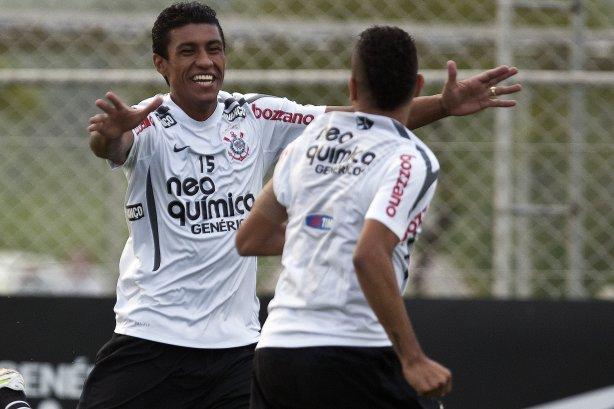 Paulinho comemora gol durante treino do Corinthians esta tarde no CT  Joaquim Grava 7d1c0673850a0