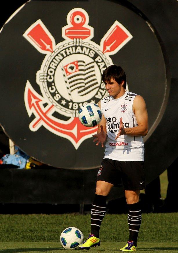 Willian durante treino do Corinthians realizado no Centro de treinamento  Joaquim Grava 6f9de4c04cc99