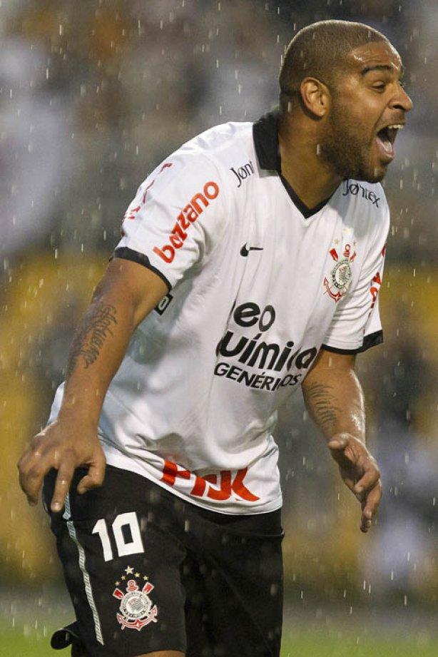 Adriano durante a partida entre Corinthians x Atlético-PR aa90e010884ab