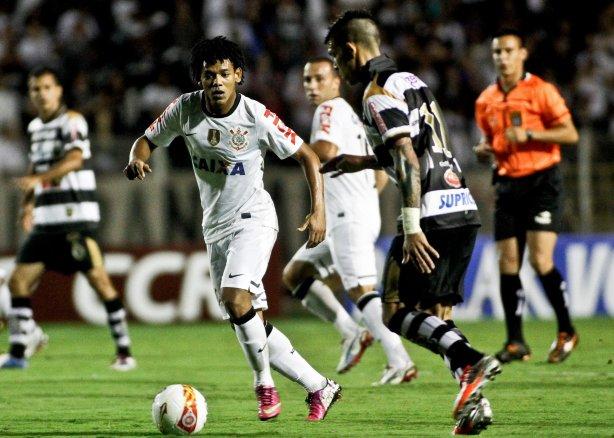 Diguinho do XV de Piracicaba disputa a bola com o jogador Romarinho do  Corinthians durante partida válida pelo Campeonato Paulista ... 9b7b4fc51638f