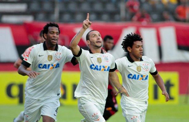 Guilherme do Corinthians comemora gol contra a equipe do Vitoria durante  partida válida pelo campeonato Brasileiro 2013 fc7f96ae20a5e