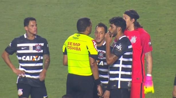 Jogadores do Corinthians reclamam da marcação do pênalti