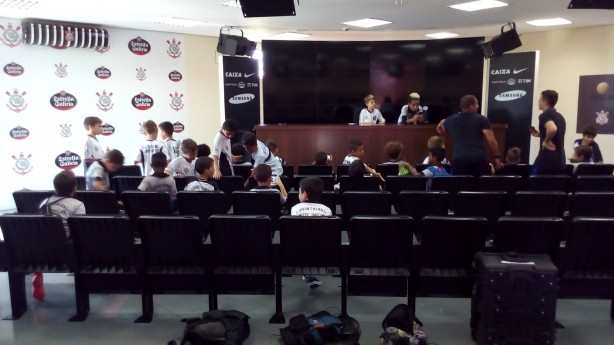 Garotada do Chute Inicial na sala de imprensa do CT do Corinthians