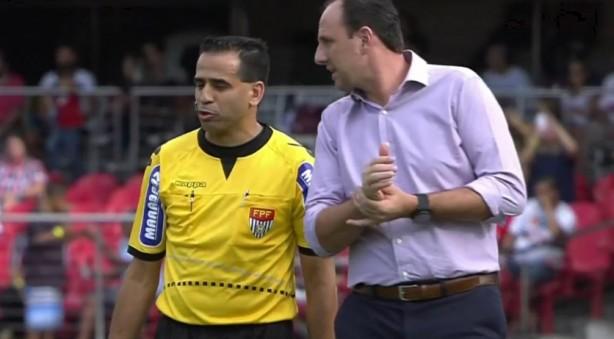 Técnico do rival, Rogério Ceni faz pressão na arbitragem antes do início do jogo