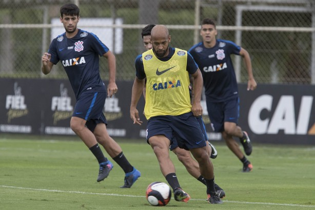 Fellipe Bastos durante treino no CT