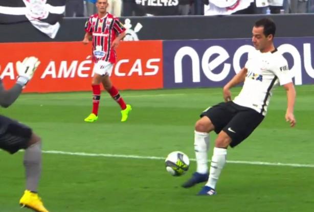 Rodriguinho perdeu chance inacreditável de gol, mas se redimiu