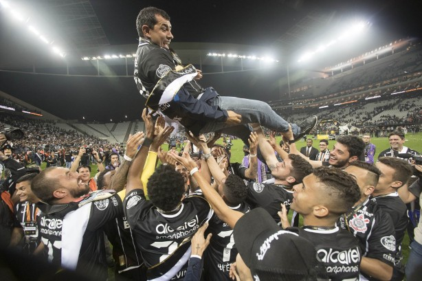 Jogadores erguem o técnico Fábio Carille em comemoração à conquista do  Paulistão 54d28a78ddcea