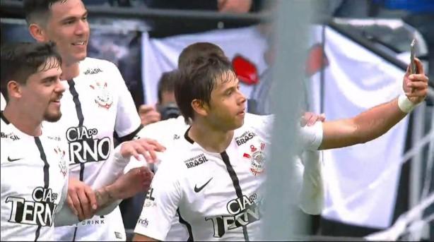 Autor do primeiro, Romero tirou selfie com companheiros ao celebrar gol