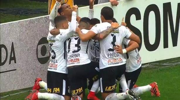 Jô anotou terceiro do Timão no clássico contra o Palmeiras