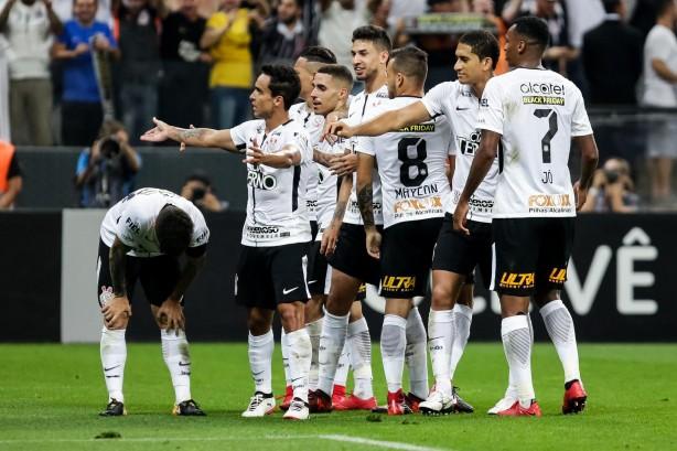 0ab3b608db Elenco comemorando o gol do meia Jadson contra o Fluminense
