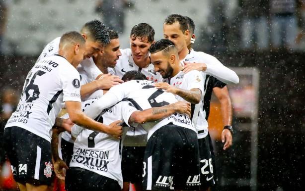 jogadores do corinthians comemorando gol do sheik w.jpg 42d1c28f94ddf