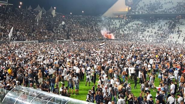 54e6e0839ef7e Veja fotos da festa histórica da torcida em treino aberto na Arena ...