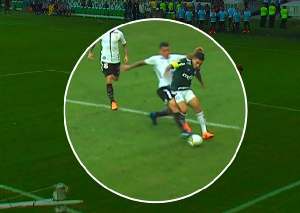 Ralf tocou a bola em lance com Dudu