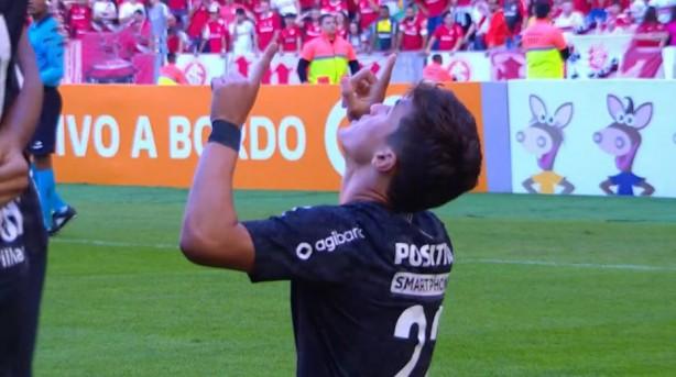 2dd89c4729 Mateus Vital celebra primeiro gol com camisa do Corinthians