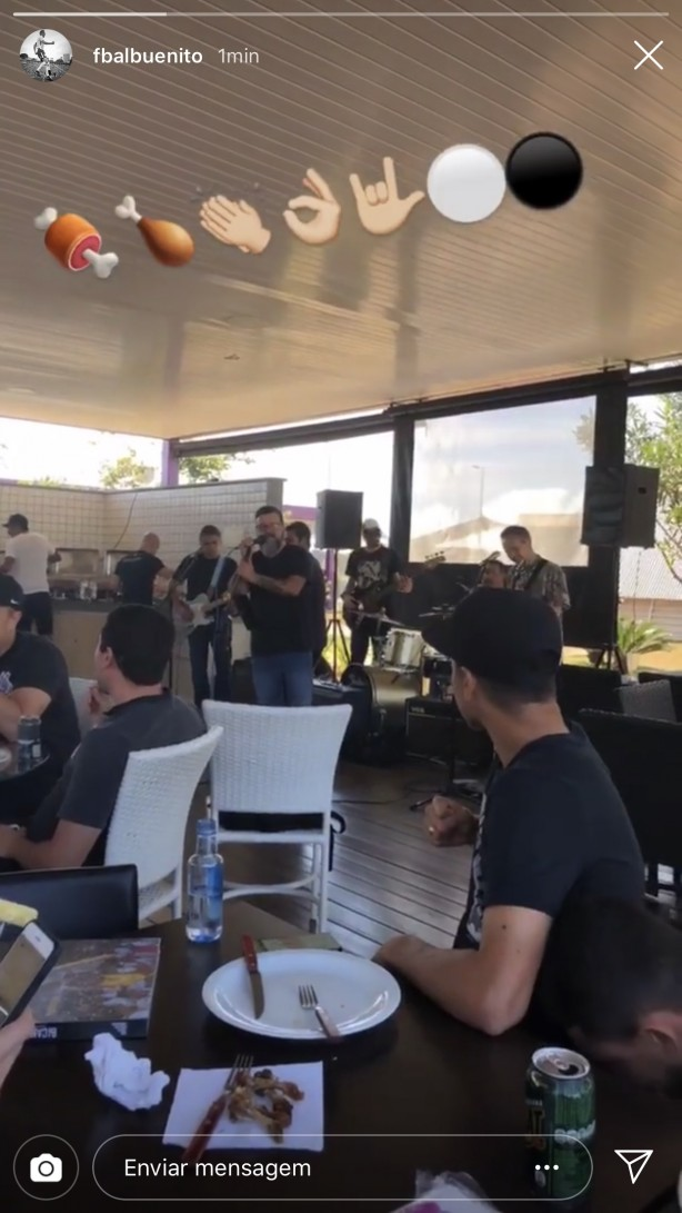 Elenco do Corinthians curte churrasco com música ao vivo no CT