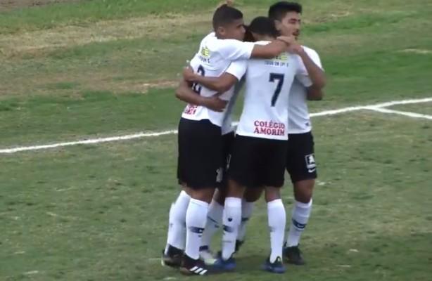 Fessin abraça companheiros de Timão após marcar diante do Palmeiras 3002f80f77eb1