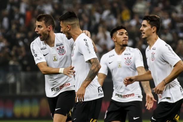 Jogadores comemoram gol do zagueiro Henrique na partida contra o Paraná  Clube 405c72795e28f