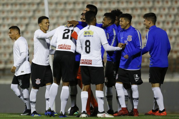 Jogadores do sub-20 comemorando a vitória sobre o Palmeiras e75787fcf6fb6