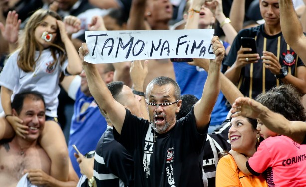 Torcedor do Corinthians comemora classificação à final da Copa do Brasil