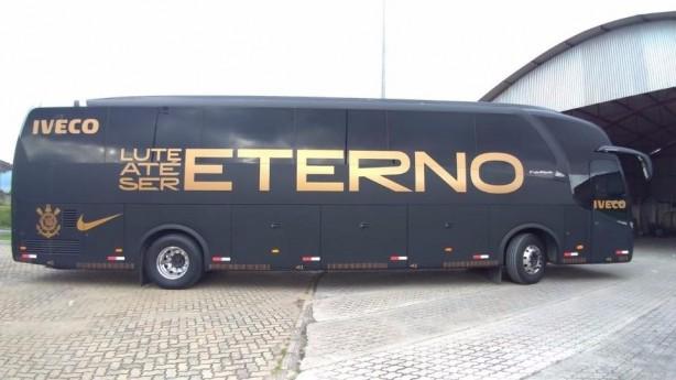 8aeb841588 Confira imagens do ônibus e do copo comemorativo do Corinthians a Ayrton  Senna