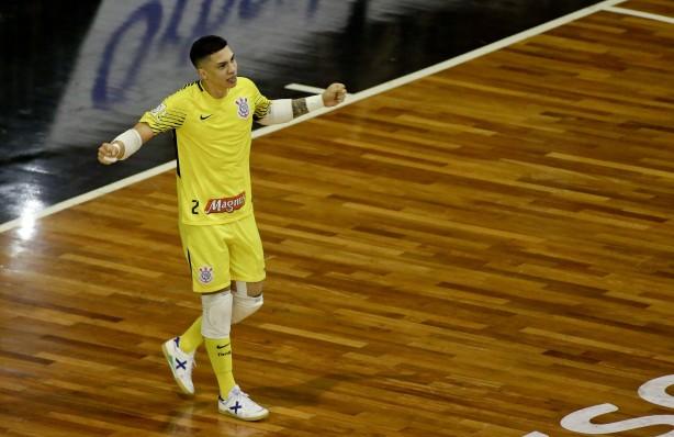 Goleiro Obina comemorando muito seu gol contra o Joinville 20aeda06e2fe0