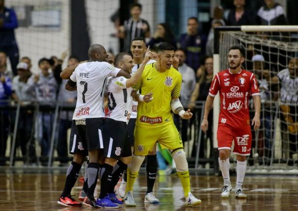 Goleiro Obina também anotou um gol contra o Joiville d83ef8595e82c