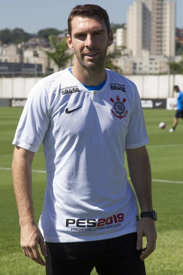 Boselli já trajado com o manto do Corinthians durante sua apresentação no CT ebf6a4a3d68e6
