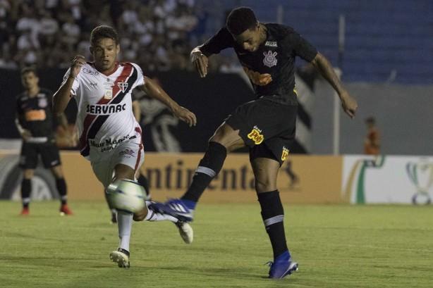 7789137c08e3d Com dois gols de Gustavo