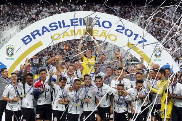 Cássio levantou a taça de hepta campeão brasileiro