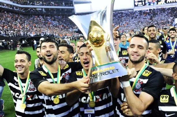 Jogadores exibem taça do Brasileiro 2015