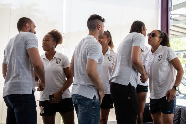 Goleiras do Feminino e goleiros do Masculino durante evento do Dia do Goleiro