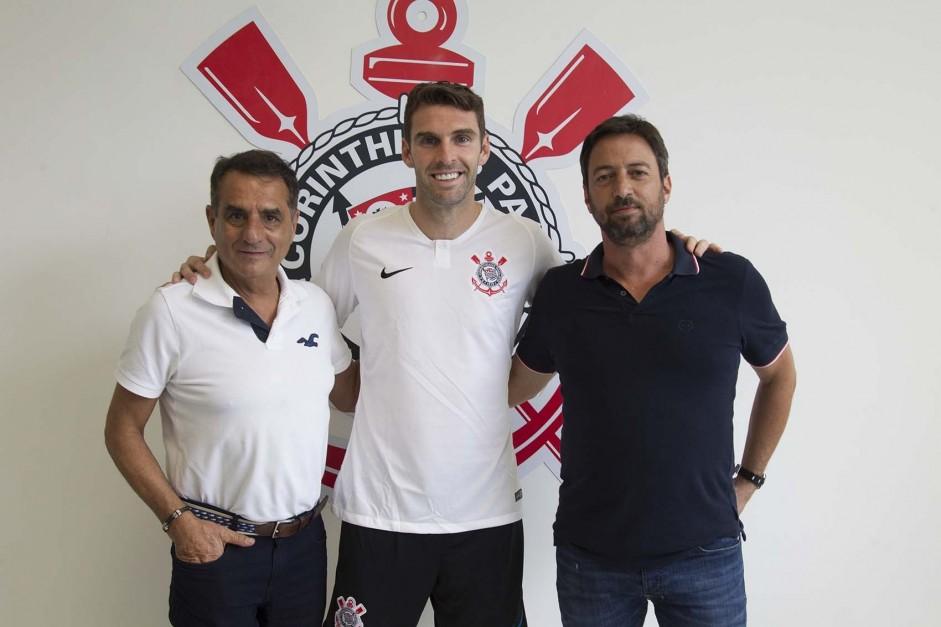 Jorge Kalil, Mauro Boselli e Duílio Monteiro na assinatura de contrato do atacante com o Corinthians